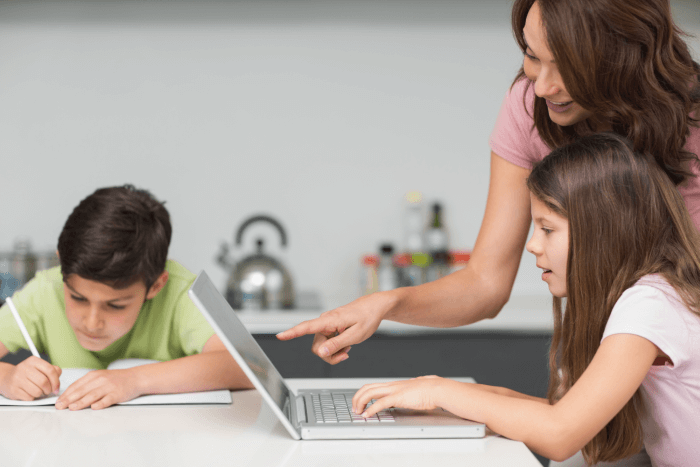 madre-hijos-teleaprendizaje-herramienta-estudiar-cuarentena