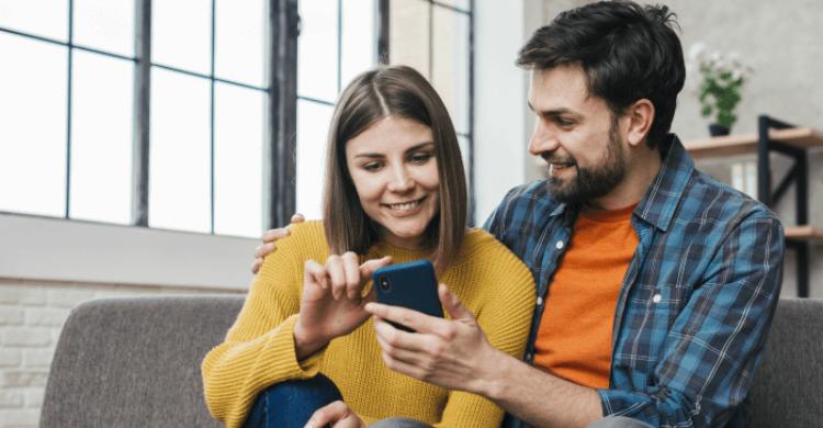 pareja-celular-agenda-cultural-disfrutar-cuarentena
