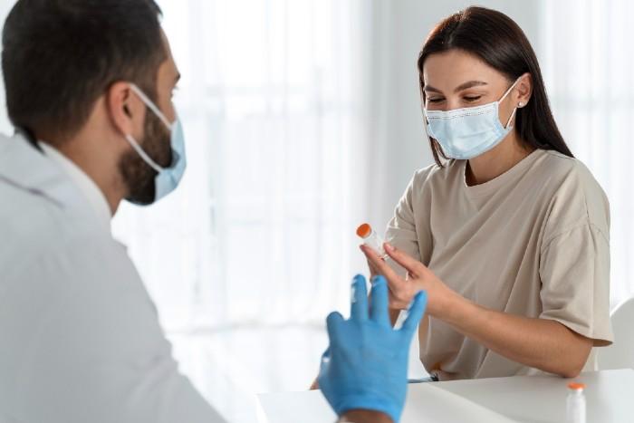 ¿Debes vacunarte si ya tuviste covid-19?